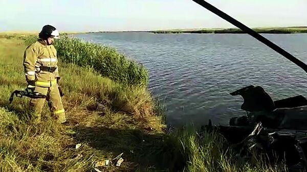 Сотрудник МЧС России возле обломков частного вертолета Ми-2, совершившего жесткую посадку вблизи поселка Кирсалово Ростовской области. Стоп-кадр видео