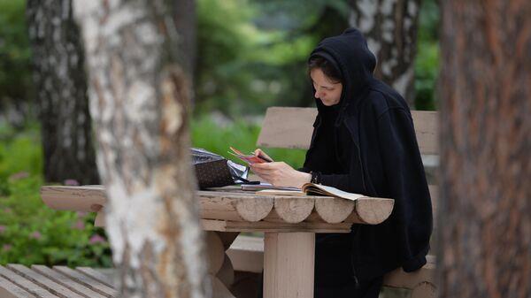 Монахиня на территории Среднеуральского женского монастыря