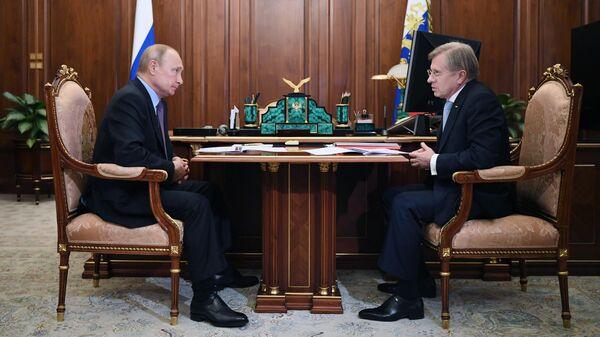 Президент РФ Владимир Путин проводит встречу генеральным директором Аэрофлота Виталием Савельевым