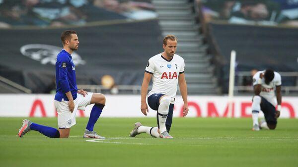 Футболисты Тоттенхэма и Эвертона перед матчем чемпионата Англии по футболу