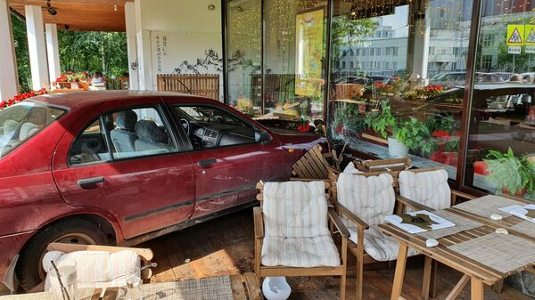 Автомобиль въехал в веранду ресторана Тануки в Москве