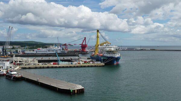 Российское трубоукладочное судно Академик Черский в порту Мукран, Германия
