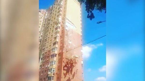 В Балашихе с жилого дома осыпался кирпич. Съемки очевидцев