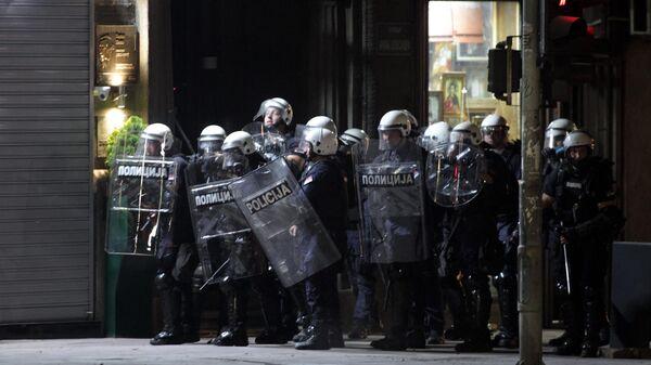 Полицейские на улице в Белграде после введения комендантского часа