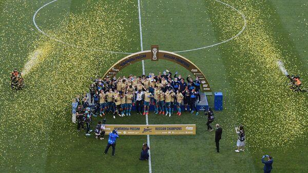 Игроки Зенита на церемонии вручения кубка чемпионов России