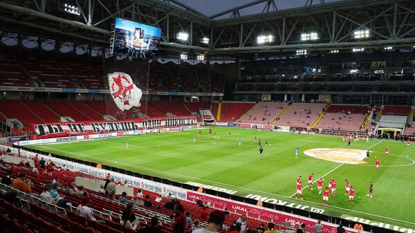 Игроки разминаются на поле перед началом Спартак — Локомотив