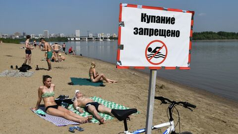 Отдыхающие на пляже реки Обь возле парка Бугринская роща в Новосибирске
