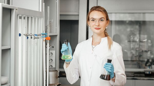 Студентка Инженерной школы природных ресурсов ТПУ Елена Мартьянова показывает образцы дизельного топлива