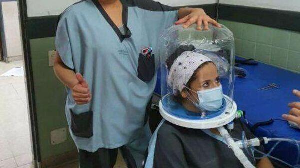 Кислородный шлем для лечения вируса COVID-19 в больнице Фернандес в Буэнос-Айресе
