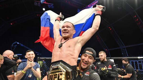Петр Ян с поясом чемпиона UFC в легчайшем весе