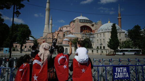 Люди около Собора Святой Софии в Стамбуле