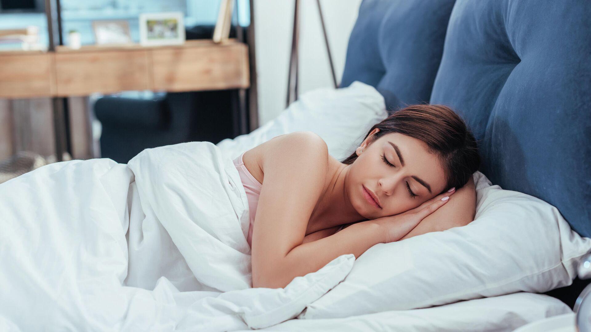 Эксперт рассказал об опасности сна с телефоном под подушкой