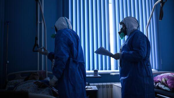 Врачи во время обхода в госпитале для лечения зараженных коронавирусной инфекцией в ЦИТО им. Н. Н. Приорова