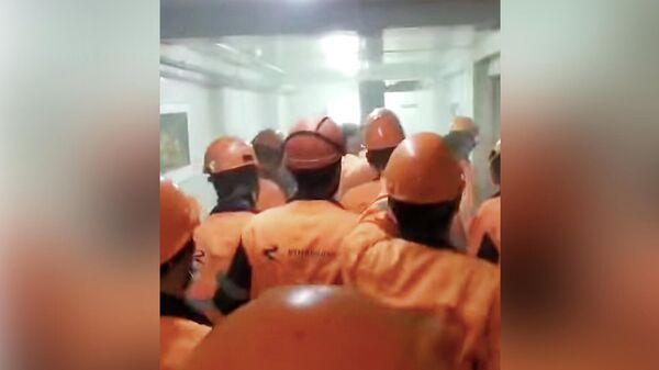 Рабочие в офисе компании-подрядчика на Амурском газоперерабатывающем заводе (ГПЗ). Кадр видео