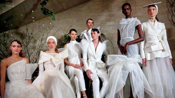 Модели на показе свадебной коллекции в Нью-Йорке