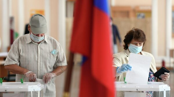 Жители Казани на избирательном участке №42 во время голосования по вопросу одобрения изменений в Конституцию России
