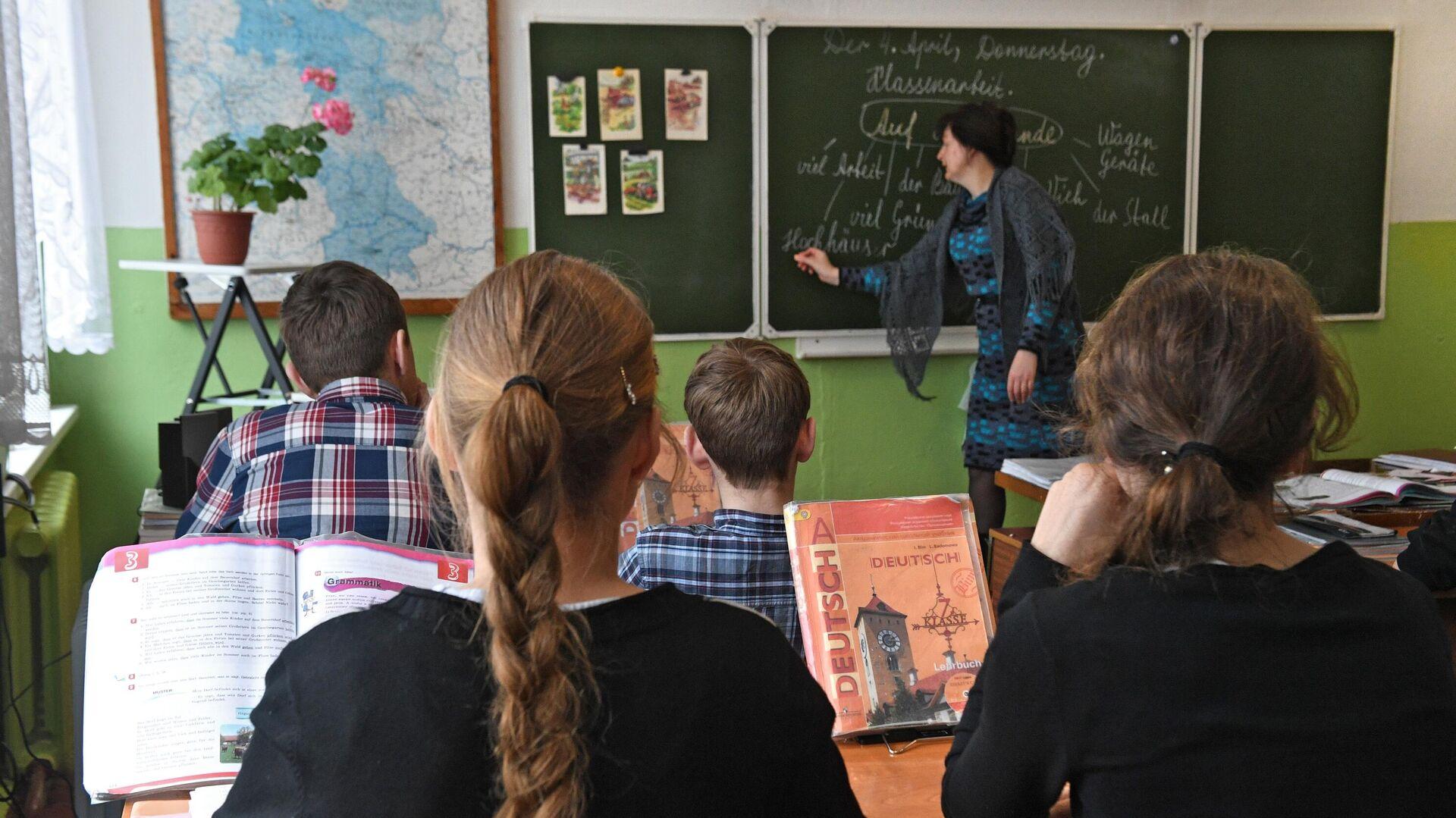 Ученики на уроке в школе деревне Аполлоновка в Омской области - РИА Новости, 1920, 19.10.2020