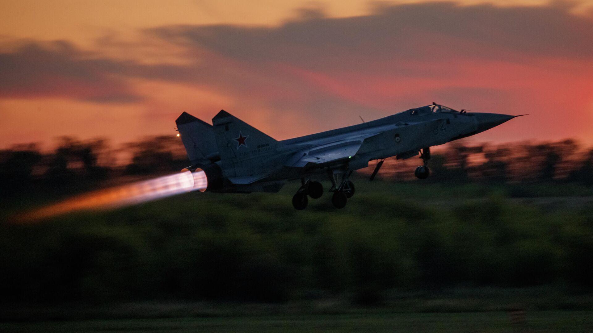Истребитель-перехватчик МиГ-31 во время взлета - РИА Новости, 1920, 27.07.2020