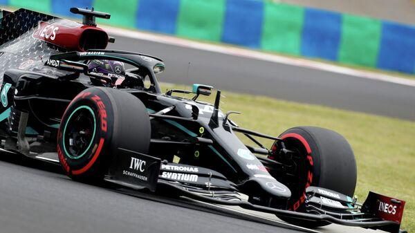 Пилот Формулы-1 Льюис Хэмилтон во время практики на Гран-при Венгрии