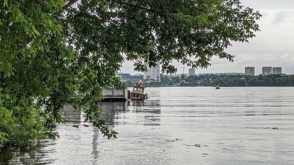 Оперативные службы на месте затопленного буксира в акватории Москвы-реки в районе Красногорска