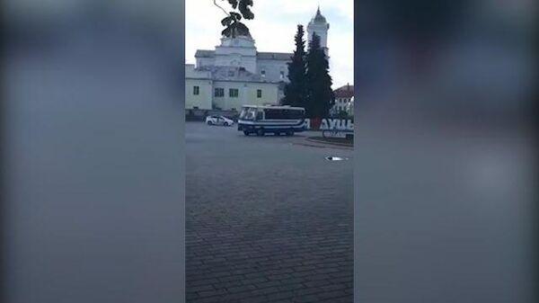 Кадры с площади в Луцке, где неизвестный захватил автобус с заложниками