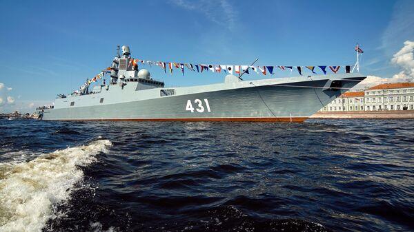 Фрегат Адмирал флота Касатонов на рейде реки Невы в Санкт-Петербурге