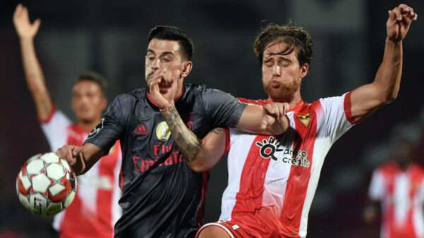 Benfica's Portuguese midfielder Pizzi (L) vies with Aves' Portuguese midfielder Bruno Morais during the Portuguese League football match between CD Aves and SL Benfica at the CD Aves stadium in Aves on July 21, 2020. (Photo by MIGUEL RIOPA / AFP)