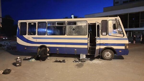 Эксперты-криминалисты проводят следственные действия у автобуса в Луцке