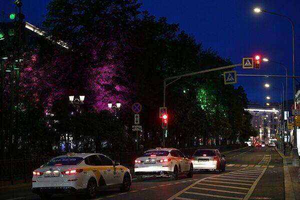 Подсветка деревьев на Никитском бульваре в Москве
