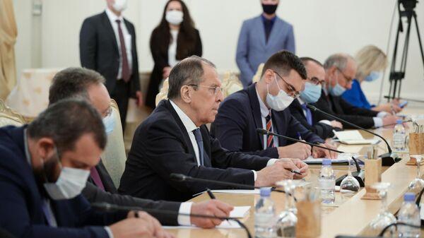 Министр иностранных дел РФ Сергей Лавров во время встречи в Москве с министром иностранных дел Алжира Сабри Букадумом