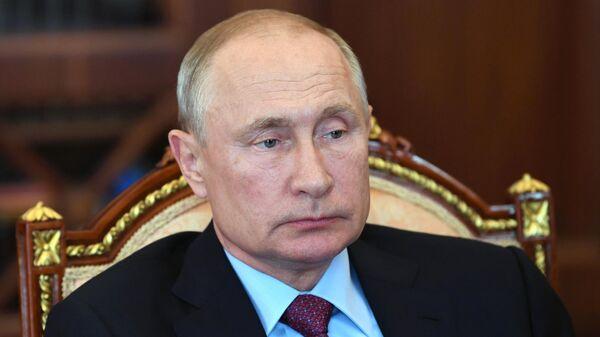 Президент РФ Владимир Путин во время встречи в Кремле с председателем правления Пенсионного фонда РФ Максимом Топилиным