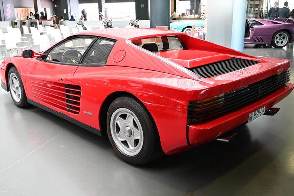 Автомобиль Ferrari Testarossa в Автомобильном музее Турина