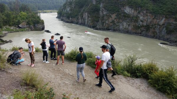 Туристы на берегу реки Катунь в Республике Алтай