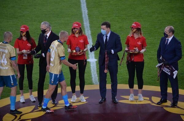 Футболисты Зенита получают золотые медали Кубка России