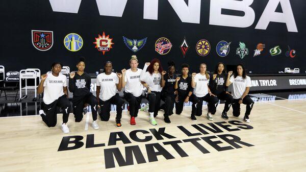 Баскетболистки стоят на одном колене в поддержку акции Black lives matter