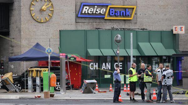 Автомобиль съехал с дороги и выехал на тротуар рядом с Харденбергплатц в районе Шарлоттенбург в Берлине