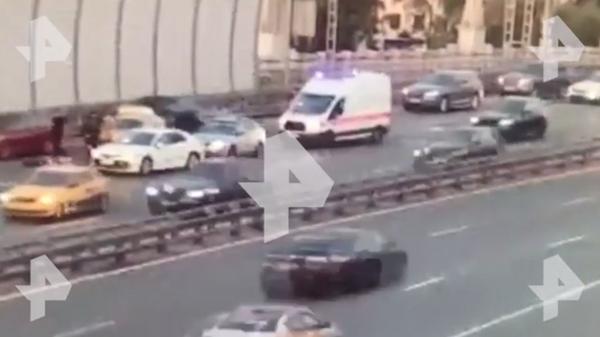 Камера сняла, как в Москве мужчина выпрыгнул из багажника мчащегося авто