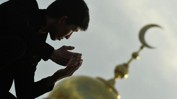 Мусульманин в день праздника жертвоприношения Курбан-Байрам у Московской Соборной мечети