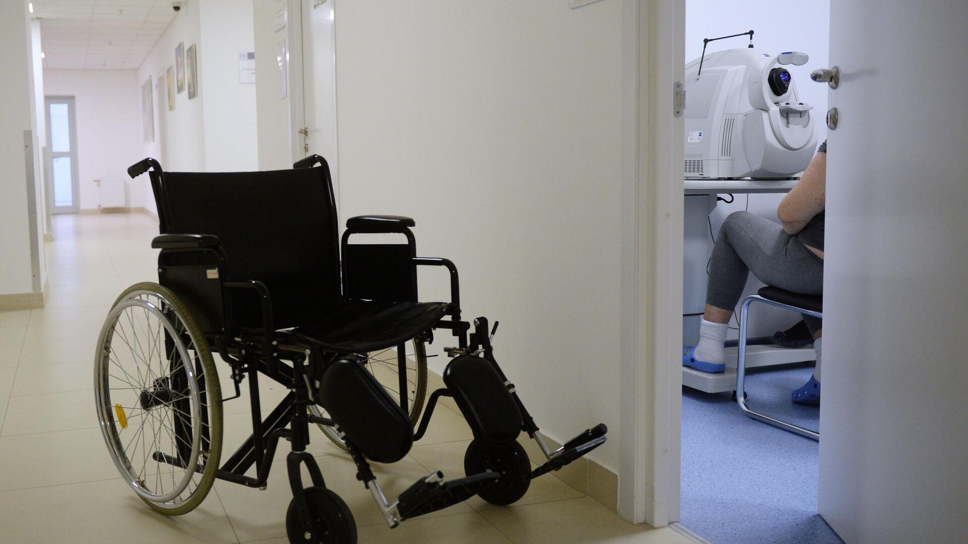 Инвалидная коляска в коридоре Института диабета ФГБУ НМИЦ эндокринологии - РИА Новости, 1920, 16.06.2021