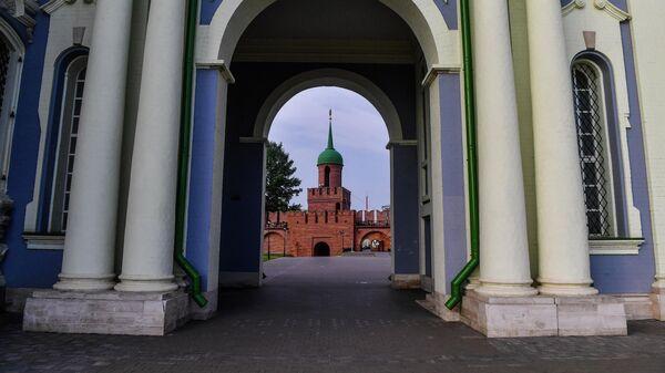 Вид на башню Одоевских ворот Тульского кремля через арку Успенского собора