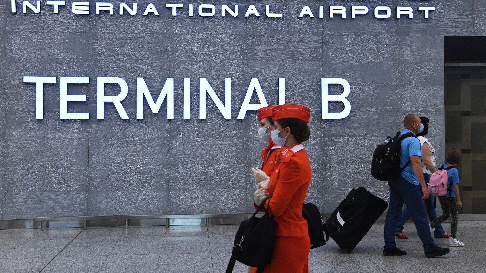 Пассажиры и стюардессы в терминале B аэропорта Шереметьево - РИА Новости, 1920, 16.09.2020