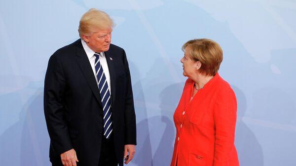 Президент США Дональд Трамп на церемонии официальной встречи канцлером Германии Ангелой Меркель в Гамбурге. 7 июля 2017