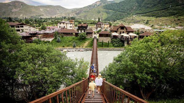 Туристы в ауле Верхняя Балкария в Кабардино-Балкарии