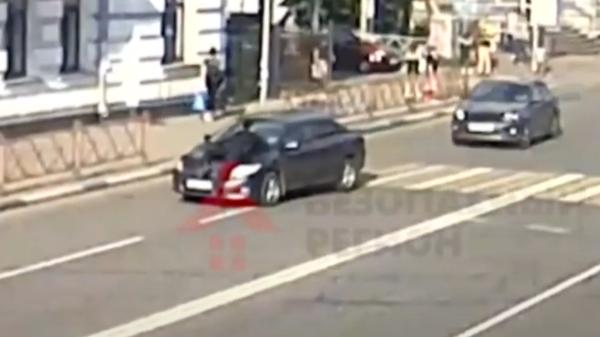 Неплательщик алиментов в Ярославле прокатил пристава на капоте