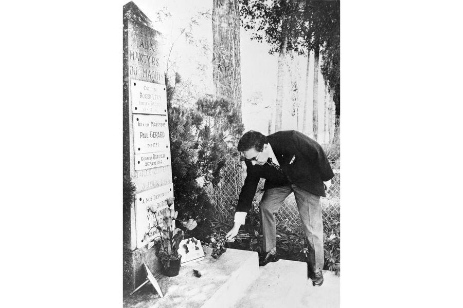 Участник французского Сопротивления в годы Второй мировой войны (1939-1945) Олег Озеров во время возложения цветов к памятнику французским партизанам группы «Лоретт»