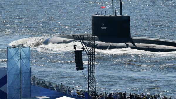 Подводная лодка Б-274 Петропавловск-Камчатский во время Главного военно-морского парада по случаю Дня ВМФ на Кронштадтском рейде