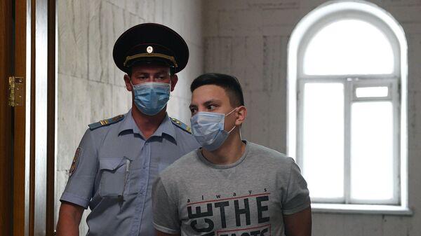 Бывший полицейский Акбар Сергалиев, обвиняемый в превышении полномочий и фальсификации доказательств в отношении журналиста Ивана Голунова, в суде