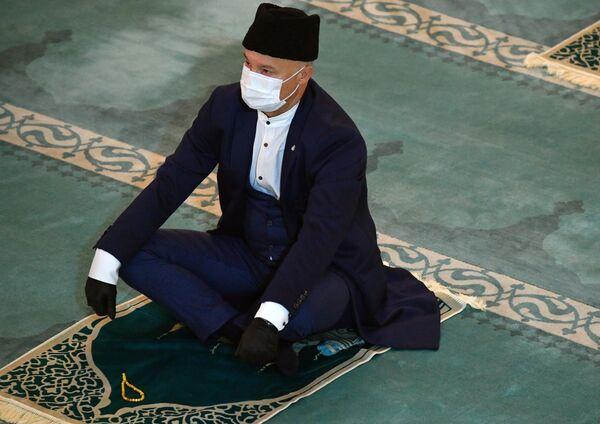 Верующий во время богослужения в честь праздника Курбан-байрам в Московской соборной мечети