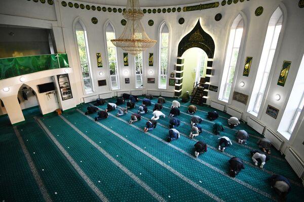 Мусульмане во время праздничной молитвы в Соборной мечети Новосибирска