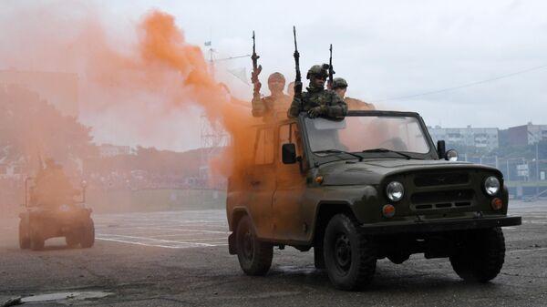 Показательные выступления десантников 83-й отдельной гвардейской десантно-штурмовой бригады ВДВ РФ на праздничных мероприятиях в честь Дня ВДВ в Приморском крае